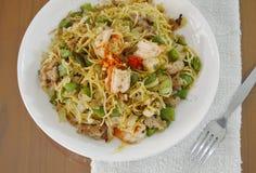Пряный stir зажарил спагетти перца с креветкой и семенить свининой на плите Стоковое Фото