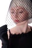 пряча симпатичная женщина вуали стоковая фотография rf