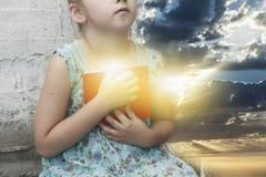 Псалмы нового завета девушка библии меньшее чтение стоковые изображения