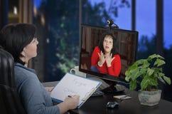 Психиатр бежит удаленная терапия онлайн стоковые фото