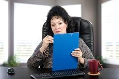 Психиатр женщины смотря камеру Стоковое Изображение