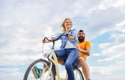 Психология отношений Руководство в семье и замужестве Девушка контролирует handlebar велосипеда Пары в дате влюбленности стоковое фото