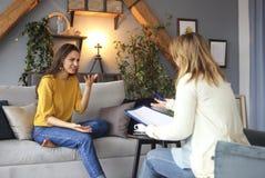 Психолог имея встречу с ее женским пациентом стоковые изображения rf
