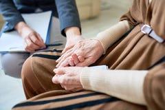Психолог помогая старшему пациенту стоковые изображения