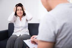 Психотерапия - психолог и плача пациент женщины Стоковая Фотография