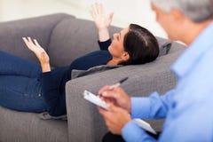 Психолог женщины говоря Стоковое Изображение