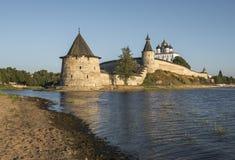 Псков Кремль на стечении 2 рек, большом и Psk стоковое фото