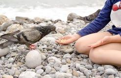 Птица голубя молодого парня подавая используя голую руку Стоковое Изображение