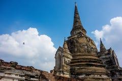 Птица летает над руинами виска Таиланда Стоковое Изображение RF
