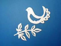 Птица и ветвь. Бумажное вырезывание. Стоковая Фотография RF