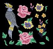 Птица и вышивка цветков пионов Стоковая Фотография RF