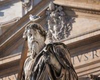 Птица на голове статуи St Paolo стоковые изображения