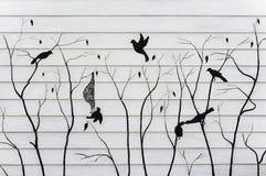 Птица покрашенная на деревянной текстуре для предпосылки Стоковое фото RF