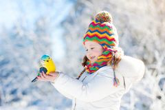 Птица ребенка подавая в парке зимы Игра детей в снеге природа и Стоковое Изображение