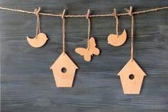Птица, birdhouse, бабочка на веревочке Стоковая Фотография RF