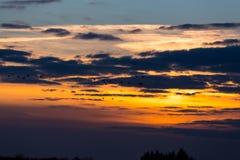 птицы летая заход солнца Стоковое Фото
