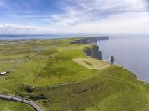Птицы мира известные наблюдают воздушный панорамный вид трутня скал Moher в графстве Кларе, Ирландии Красивая ирландская сельская стоковое фото rf
