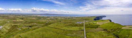 Птицы мира известные наблюдают воздушный панорамный вид трутня скал Moher в графстве Кларе, Ирландии Красивая ирландская сельская стоковое изображение