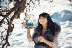 Птицы молодой женщины и зимы в клетке Стоковая Фотография RF