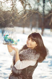 Птицы молодой женщины и зимы в клетке Стоковые Фотографии RF