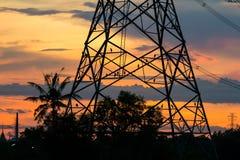 Птицы на штендере электричества на заходе солнца Стоковая Фотография
