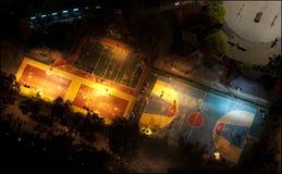 Птиц-взгляд баскетбола и теннисных кортов в Бангкоке, Таиланде, на ноче стоковые изображения rf