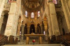 Пуатье, Франция - 12-ое сентября 2016: Внутри церков St Стоковое Изображение
