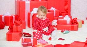 Публикация утехи рождества младенца первого с семьей Рождество младенца первое раз в событии продолжительности жизни Подарки для  стоковые изображения