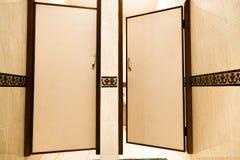 Публика укомплектовывает личным составом дверь кабин туалета в гостинице Стоковые Изображения