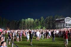 Публика наслаждаясь группой UNKLE в реальном маштабе времени выполняет на сцене стоковое фото rf