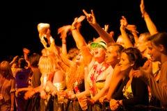 Публика наслаждаясь группой UNKLE живет представление на сцене Стоковые Изображения