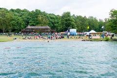 публика пляжа Взгляд от стороны озера Стоковые Изображения RF