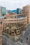 Публичная библиотека Ванкувера сверху с городом в предпосылке Стоковое Фото