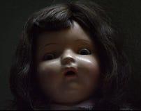 Пугающая античная кукла стоковые изображения rf