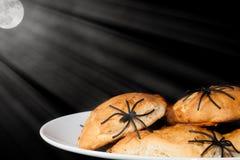 Пугающая еда хеллоуина фокуса или обслуживания ночи Паук покрыл закуску стоковое изображение