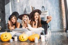 Пугающие женские друзья представляя на selfie Стоковое Изображение