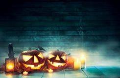 Пугающие тыквы хеллоуина на деревянных планках Стоковые Фото