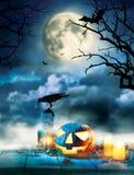 Пугающие тыквы хеллоуина на деревянных планках Стоковая Фотография