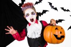 Пугающий мальчик с костюмом хеллоуина вампира Дракула стоковое изображение