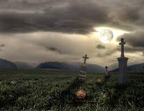 Пугающий погост Halloween с темными облаками Стоковое фото RF