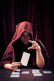 Пугающий рассказчик удачи с карточками Tarot Стоковые Фотографии RF