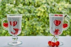 Пудинг молока Chia с отрезанными клубниками и вишнями в стеклах Завтрак superfoods вытрезвителя лета или здоровый десерт Стоковые Изображения