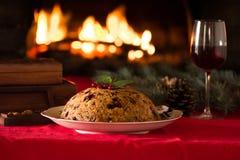 Пудинг рождества и свет рождества на деревянном столе Стоковое Фото