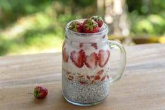 Пудинг chia молока миндалины со свежими красными клубниками, ягодами goji  стоковое изображение