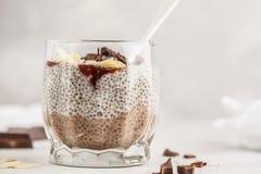 Пудинг Chia с шоколадом, миндалины и ягода сжимают Сырцовый vegan de стоковая фотография