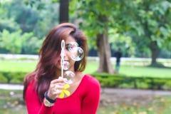 Пузыри абстрактной девушки красоты дуя стоковая фотография rf