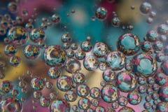 Пузыри воды с красочными цветками Стоковые Изображения