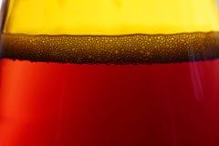 Пузыри в bootle пива пива темного Стоковая Фотография RF