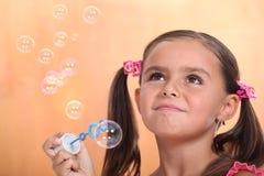 Пузыри девушки дуя Стоковые Изображения RF