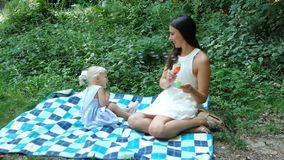 Пузыри дуновения матери и дочери сток-видео